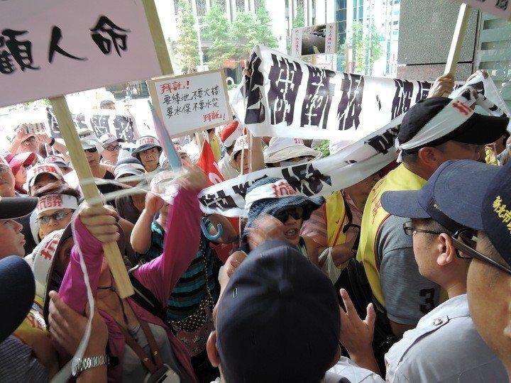 新店區台北小城住戶2016年抗議建商要在綠地上蓋房子。圖/報系資料照片