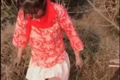 戴紅領巾短裙捕魚 直播女主播遭拘留罰款