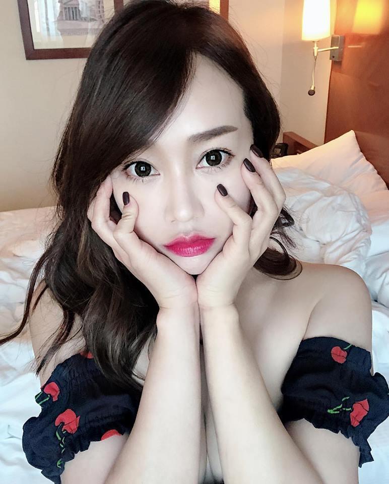 用雙手捧臉的林佩瑤讓美胸更加集中。圖/摘自臉書