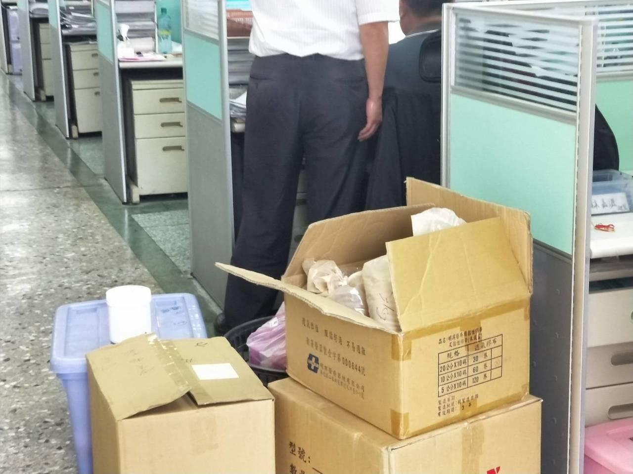 台南市麻豆某國術館傳出非法為患者針灸,衛生局今天上午會同警方前往訪查,發現針灸針...