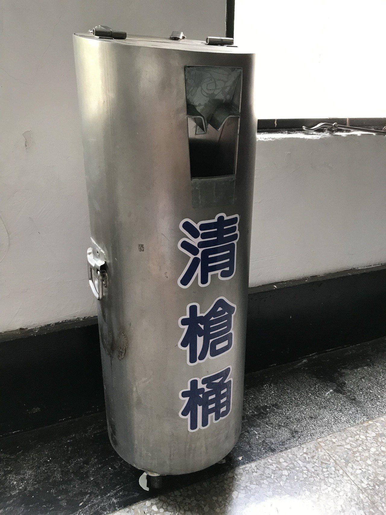 台中市警局第一分局教官楊卓任3年前研發「清槍桶」,警員可持槍頂入清搶桶,讓滑套固...
