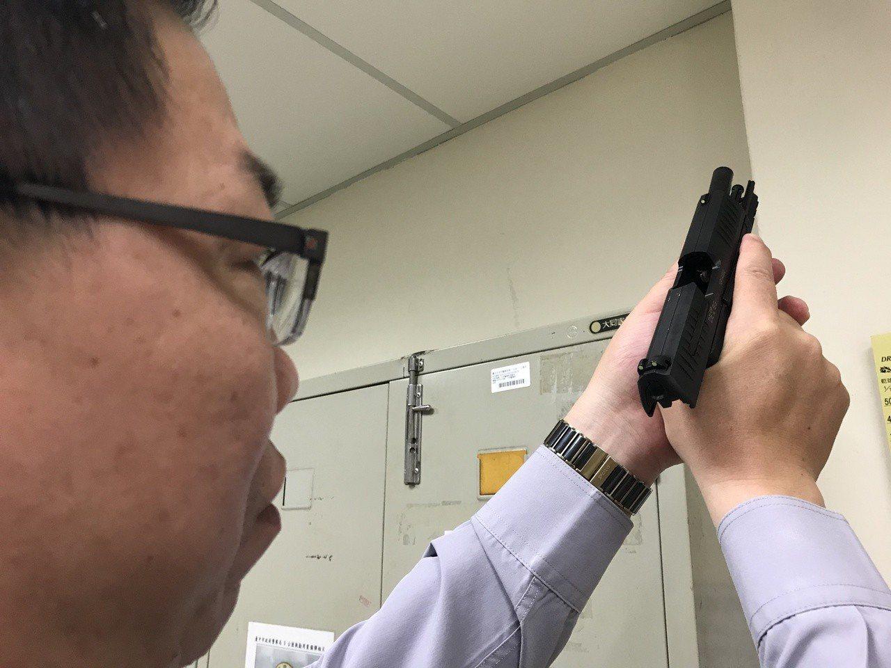 台中市警員林裕仁示範正確清槍動作,正上下檢視槍管與彈室有無子彈。記者林佩均/攝影