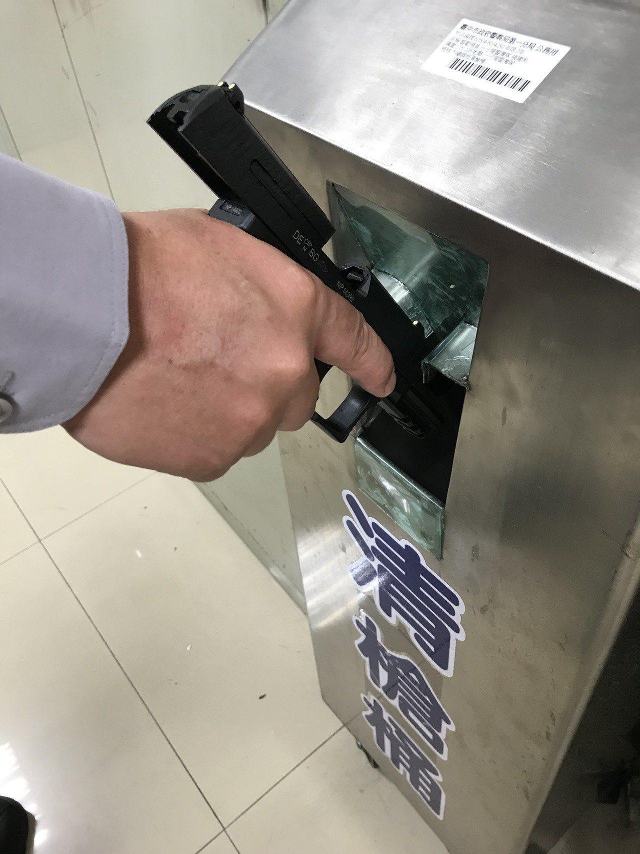 台中市警員確認槍管與彈室無子彈後釋放滑套,搶身抵住清搶桶、釋放板機,完全正確的清...