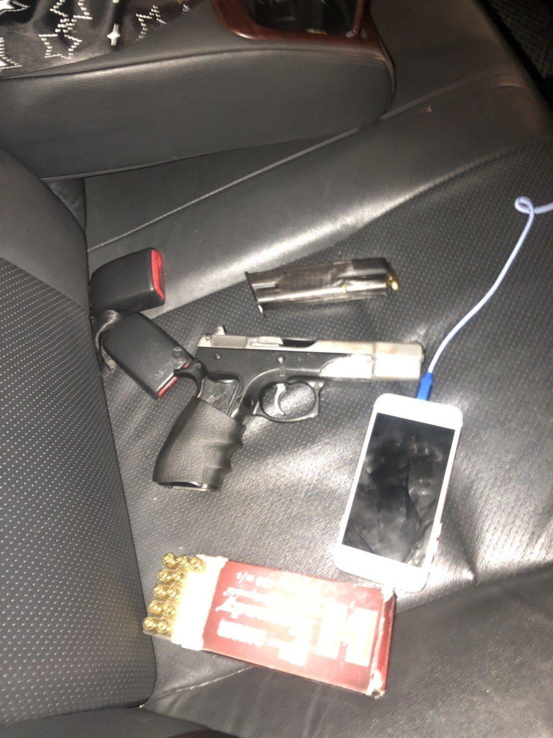 警方在嫌犯車上搜出改造手槍及27發90子彈。記者巫鴻瑋/翻攝