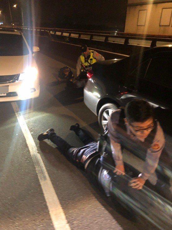 因擔心嫌犯會趁虛逃逸,員警將3人壓制在地。記者巫鴻瑋/翻攝