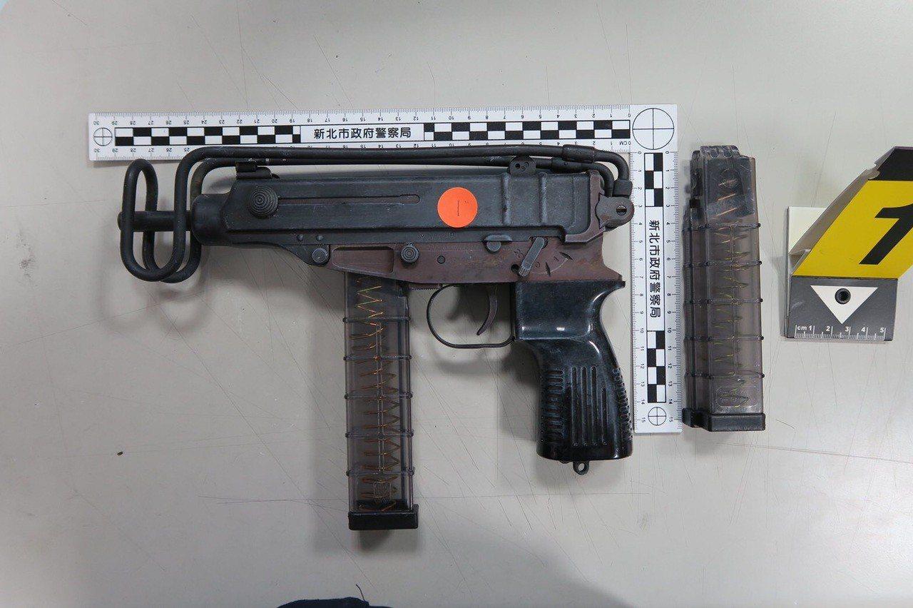 嫌犯車上還搜出1把改造烏茲衝鋒槍。記者巫鴻瑋/翻攝