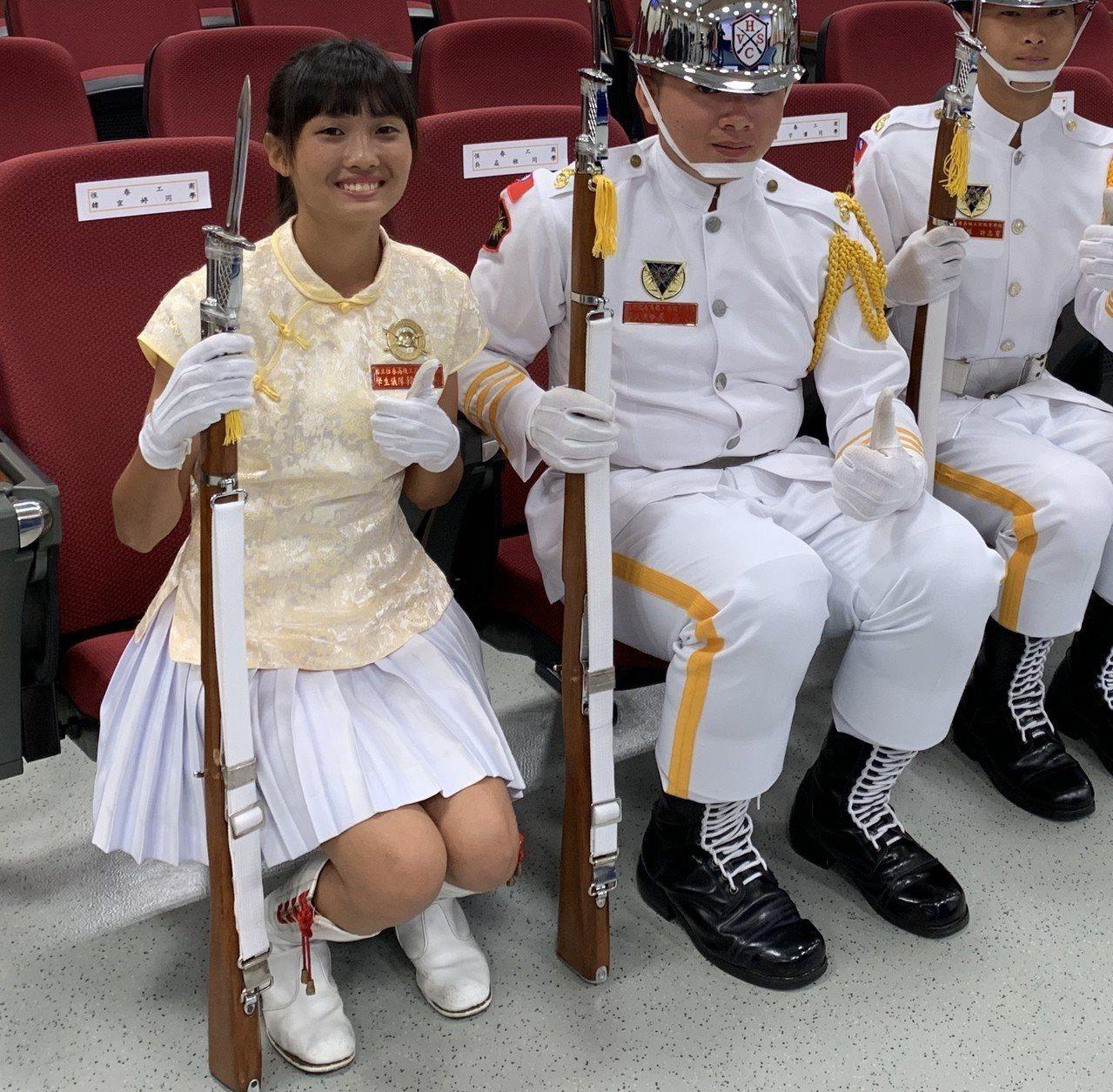 來自南台灣的恆春工商學生儀隊女性隊長韓宜婷(左一)。記者洪哲政/攝影