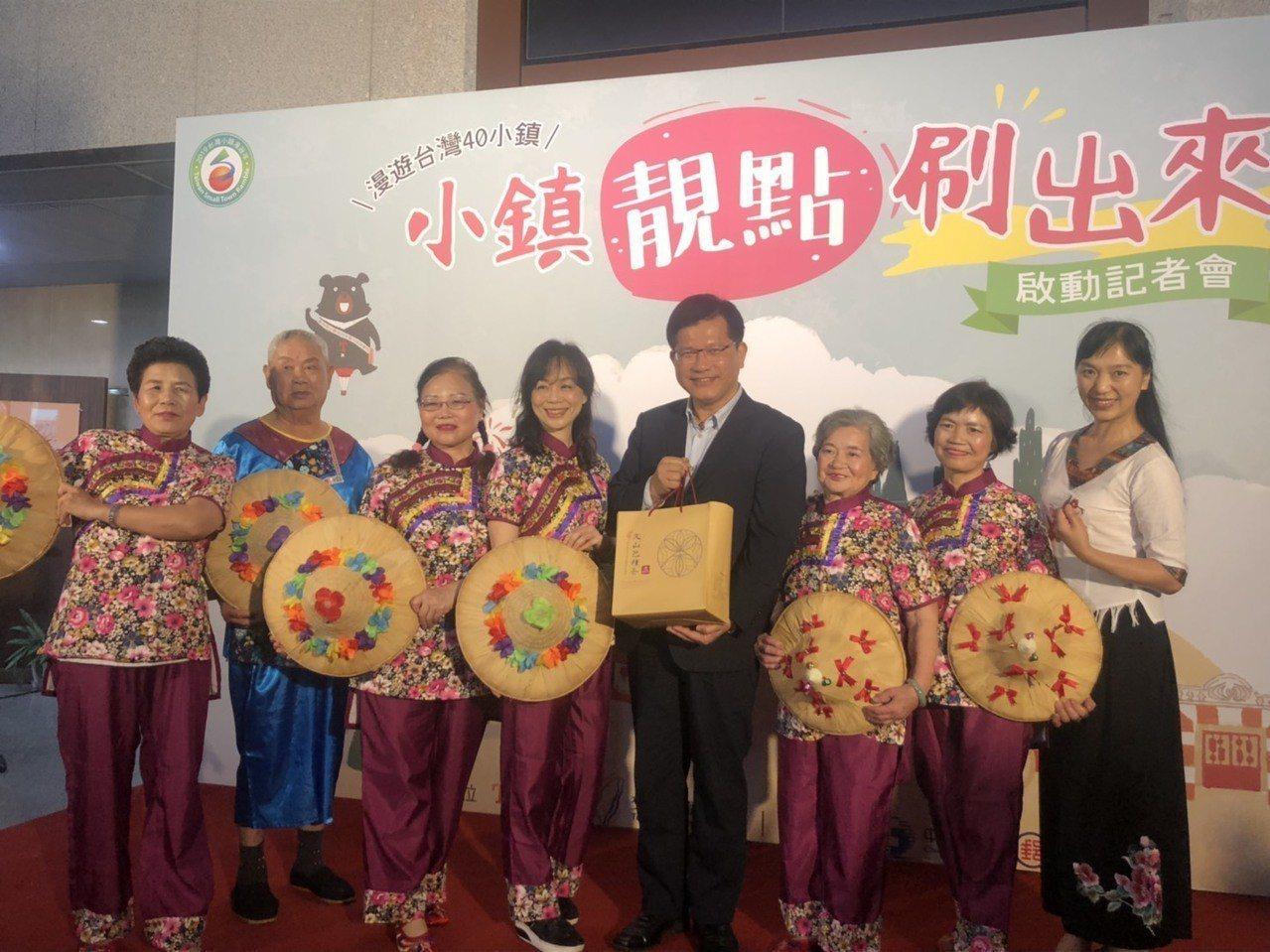 觀光局今天首度發表「台灣小鎮靚點漫遊護照」及啟動「十萬青年獎百萬-創意遊程競賽」...