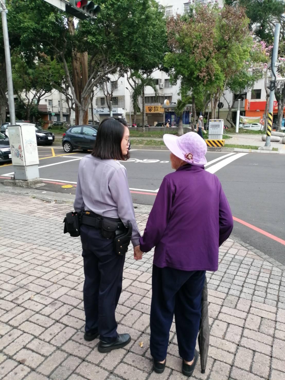 返家途中,女警莊雅雲(左)一路緊牽著阿嬤(右)的手,且低頭聆聽阿嬤說話,暖心的畫...