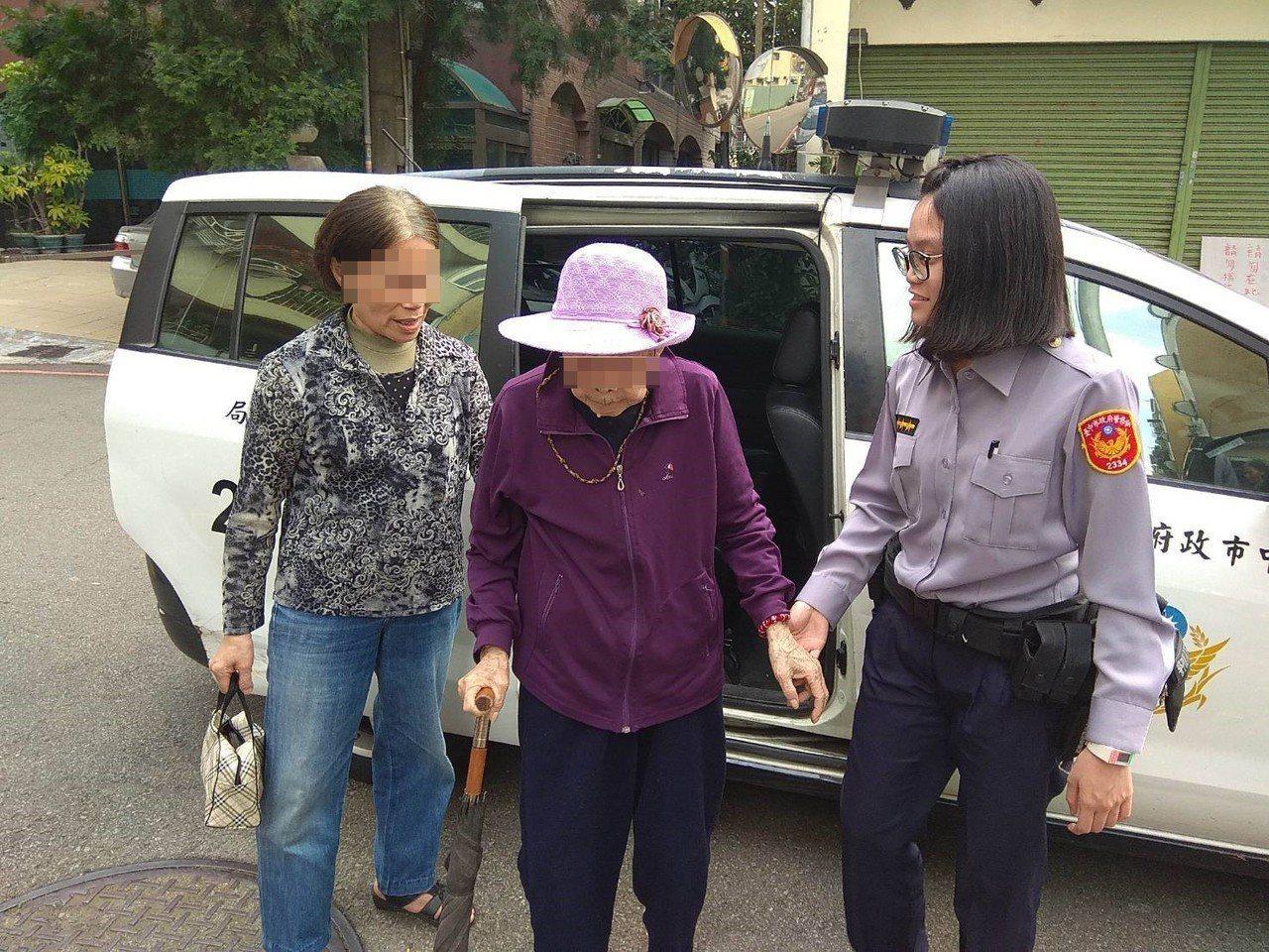 返家途中,女警莊雅雲(右)一路緊牽著阿嬤(中)的手,且低頭聆聽阿嬤說話,暖心的畫...