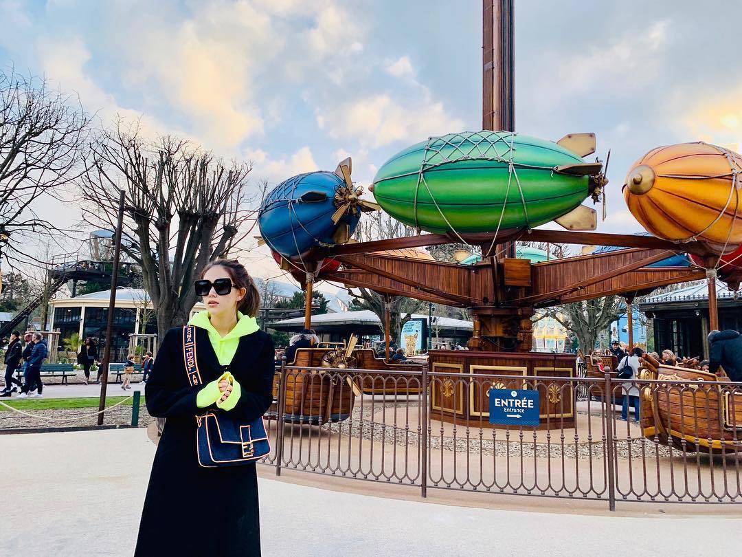 昆凌在巴黎的遊樂園以Baguette包款搭出隨性優雅風。圖/取自IG