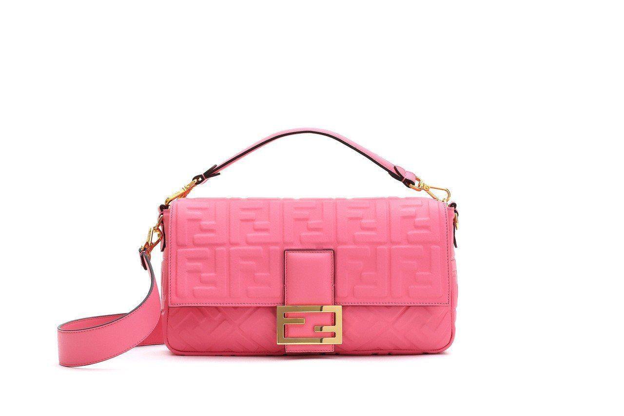亮粉色Baguette Large,售價10萬元。圖/FENDI提供