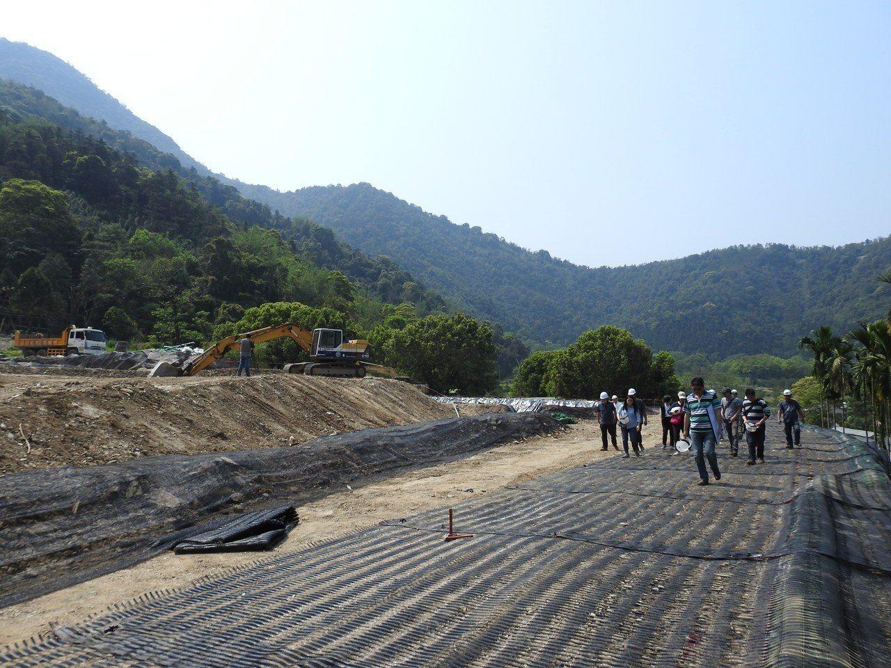 南投縣一貫道崇德學院為新建宿舍工程填土造地,上方一片平坦,與下方土地高低差逾5米...