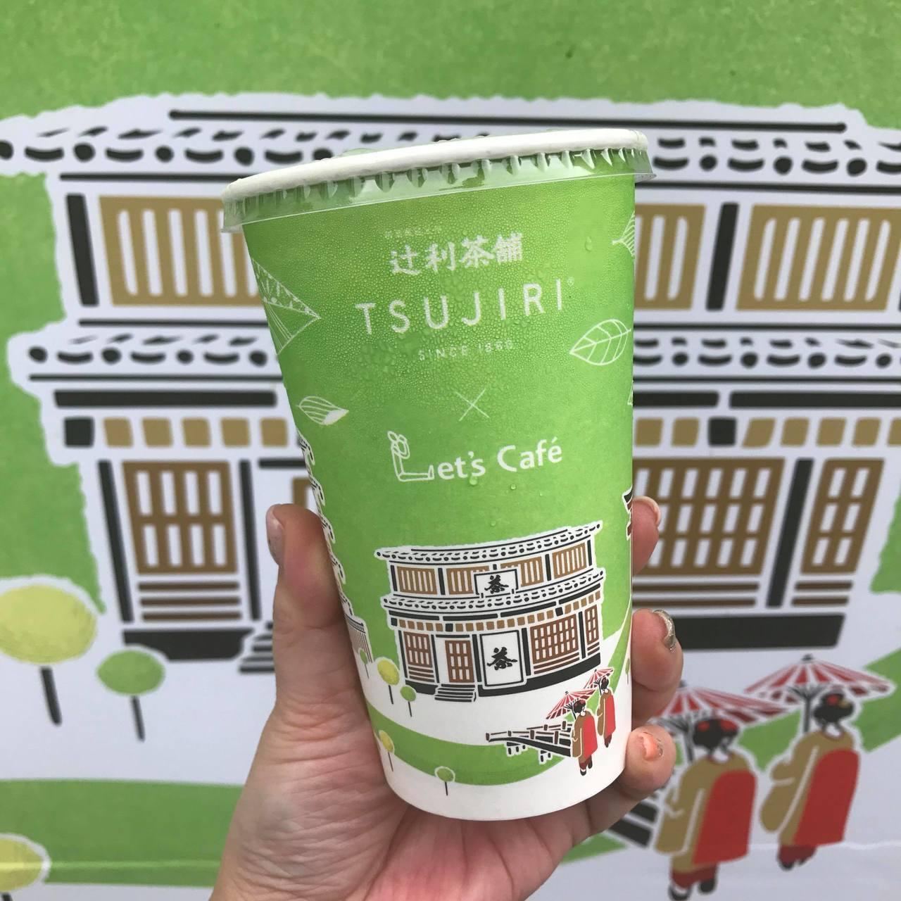 辻利黑豆玄米抹茶拿鐵採用百年老舖辻利抹茶粉,更特別加入台灣在地玄米粒與黑豆的細碎...