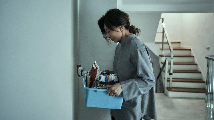 劇情前期的宋喬安襯衫領口都很高,「這是想呈現她壓抑的、被束縛住的情緒,材質也偏向...