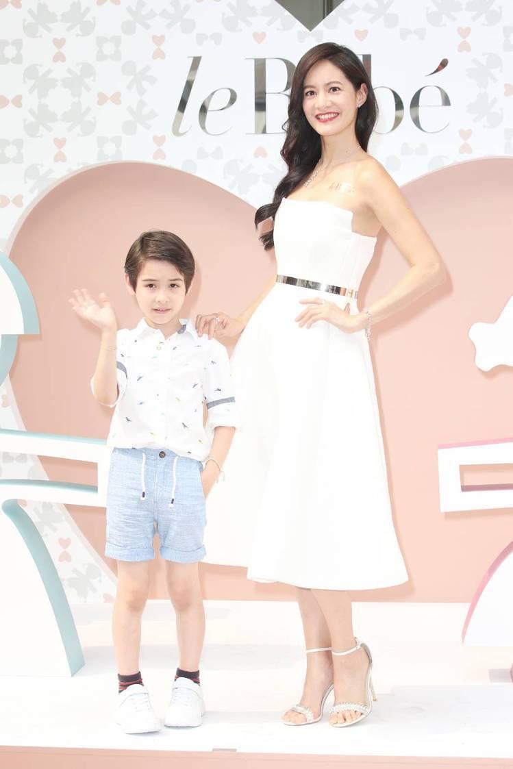 女星Janet謝怡芬(右)與小童星伊萊一同為leBebé站台。記者陳立凱/攝影