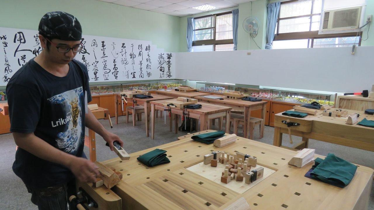 桃園大溪木藝共學工坊,今天在南興國小揭牌啟用,除供學校師生木藝教學,也將做木藝推...