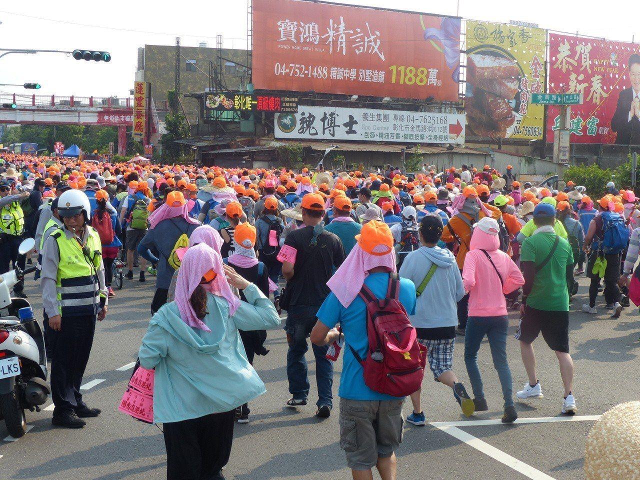 白沙屯媽祖成千上萬隨香信眾向彰化市中山路。記者劉明岩/攝影