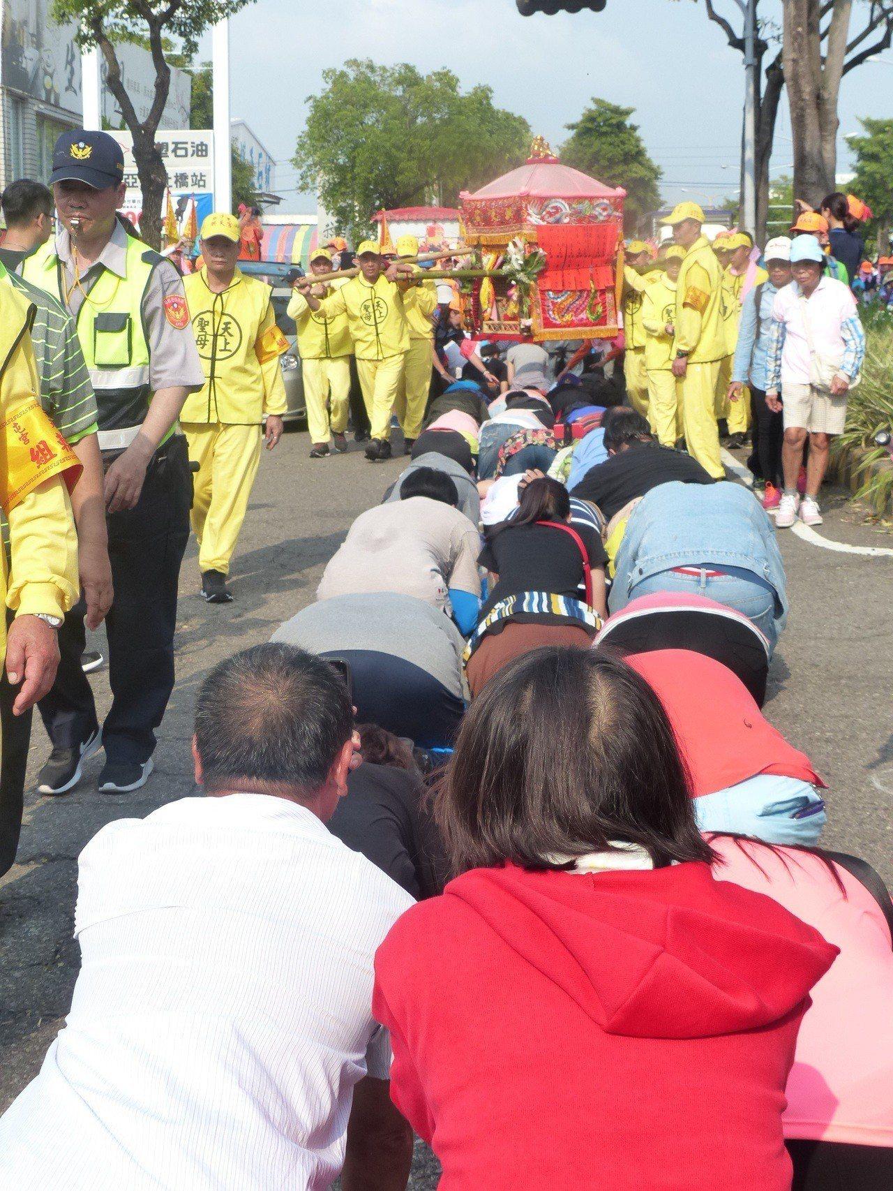 白沙屯媽祖鑾駕進入彰化市,信眾爭相鑽轎腳。記者劉明岩/攝影