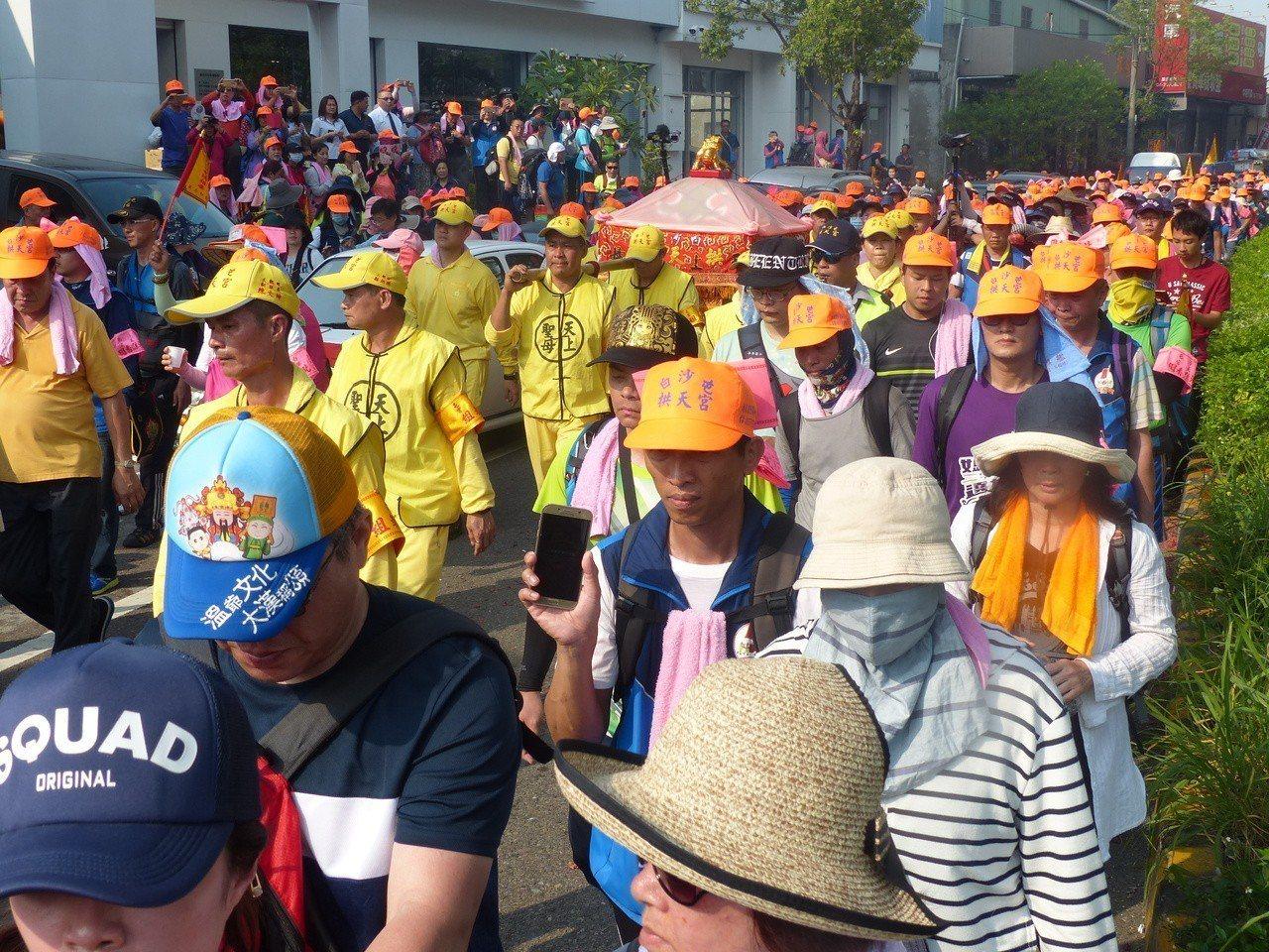 白沙屯媽祖鑾駕由信眾簇擁,下午進入彰化市。記者劉明岩/攝影