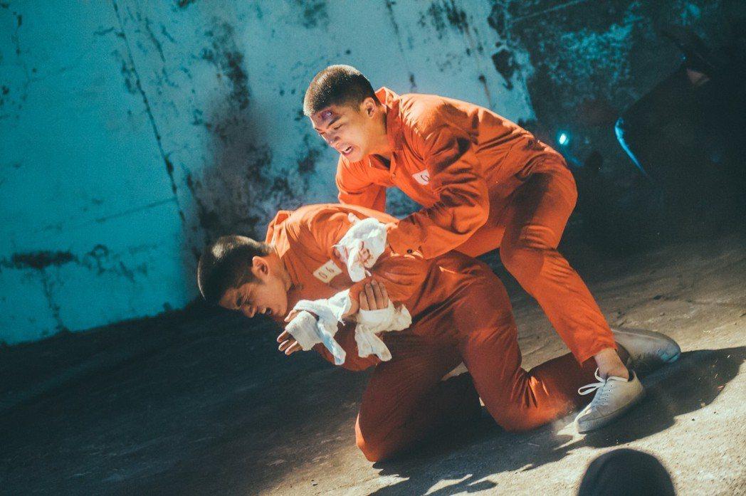 林哲熹(右)在新片「樂獄」中挑戰演出少年罪犯,有不少激烈演出。圖/文達文創提供