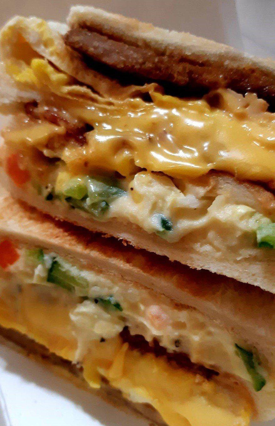 「天天三明治」有滿滿的起司與特製的薯泥沙拉。記者柯意如/攝影