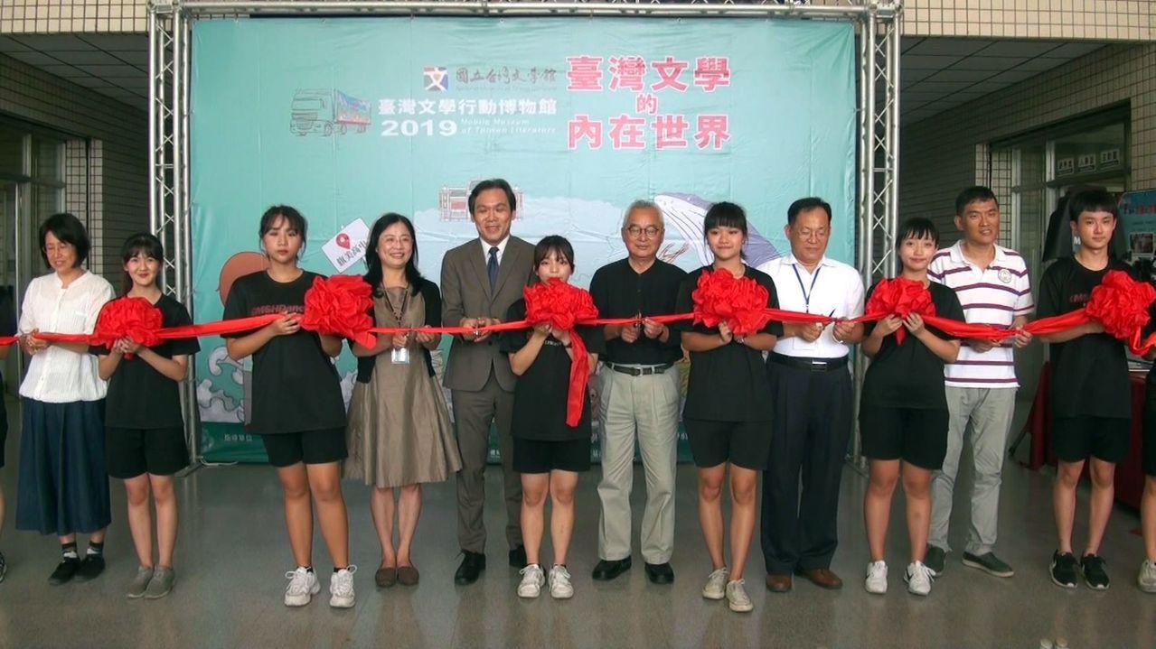 台灣文學行動博物館前進高雄旗美中,近一個月的展期,希望幫偏鄉學子打開文學的視窗。...