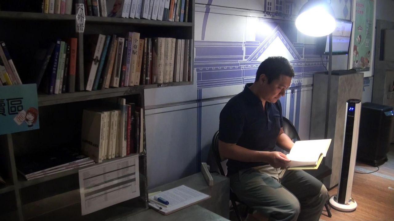 行動博物館內的一隅規畫閱讀區,讓參觀者可以佇足品味文學創作。記者王昭月/攝影