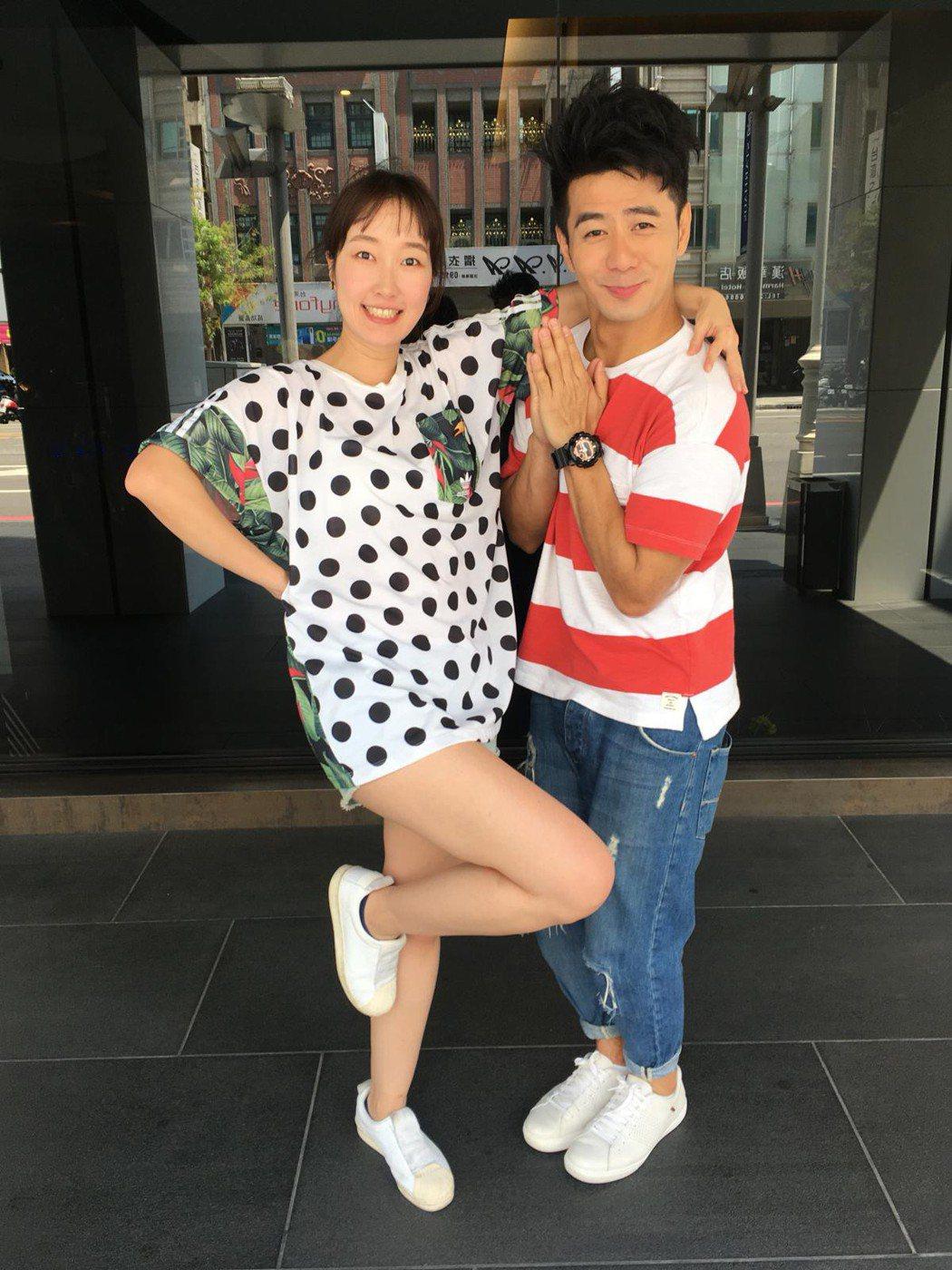 巴鈺(左)與郭彥均首次搭檔美食節目。圖/中天提供