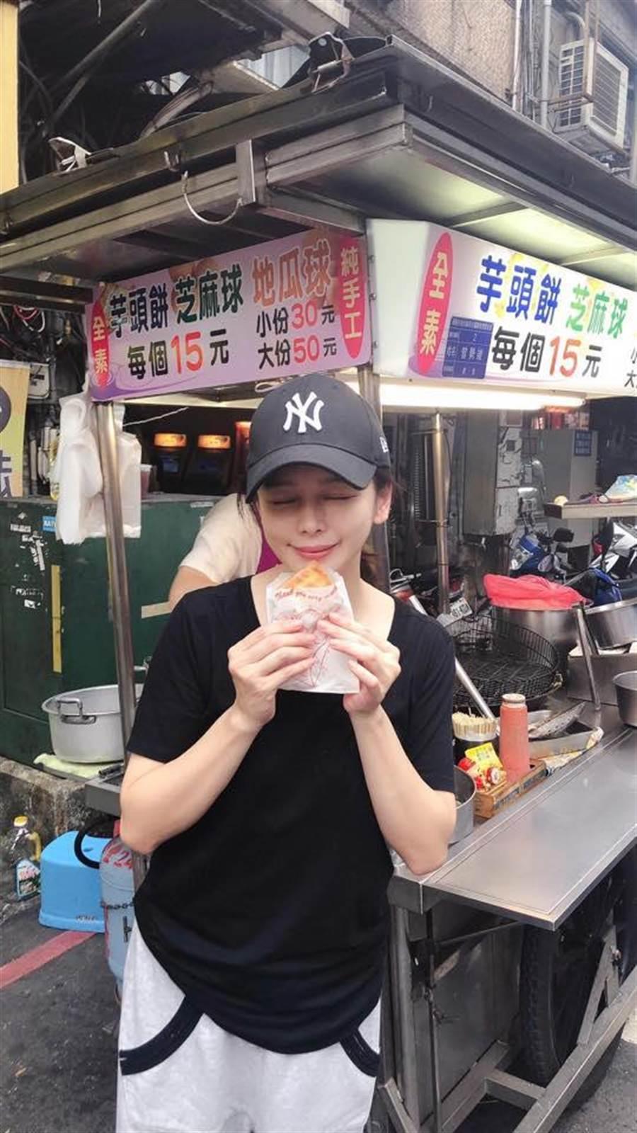 藝人徐若瑄今天在臉書PO文,到基隆廟口吃10道美食,網友說,看到她的吃相就餓了。