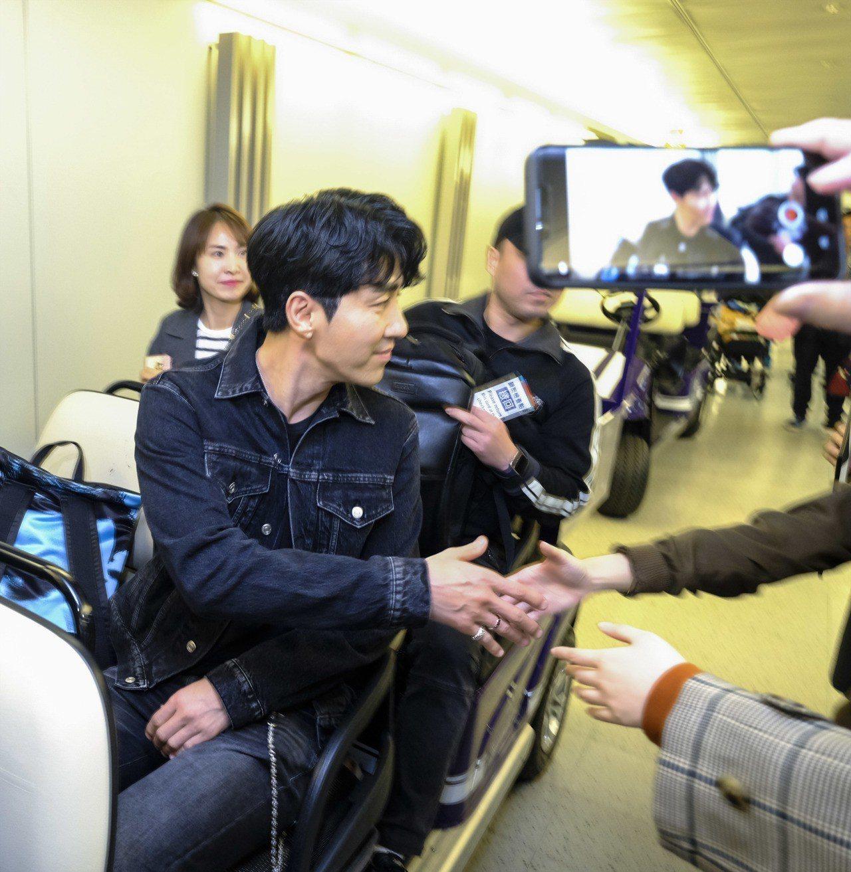 韓國男星車勝元今日抵台時,仍不忘和久候多時的粉絲握手、打招呼。圖/De Beer...