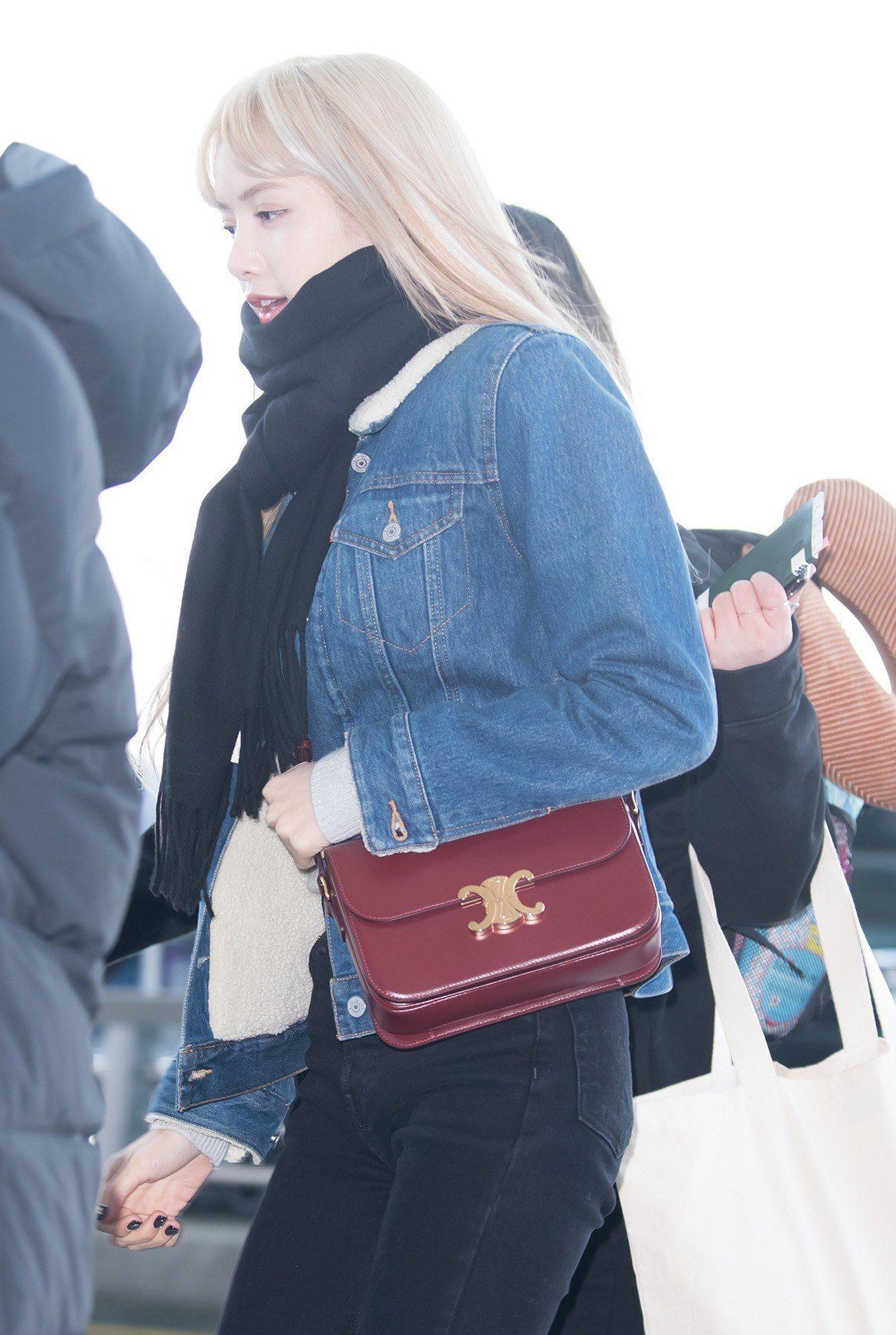 BLACKPINK的Lisa以丹寧外套配襯淡酒紅色Triomphe包款。圖/CE...
