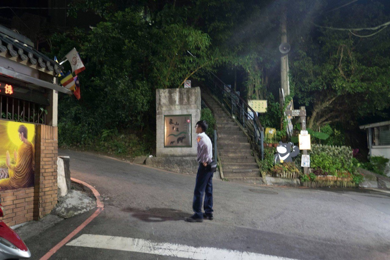 警方偵辦台北市象山步道持刀強盜案,帶回涉案的王姓男子,查出多年前他曾以相同手法作...