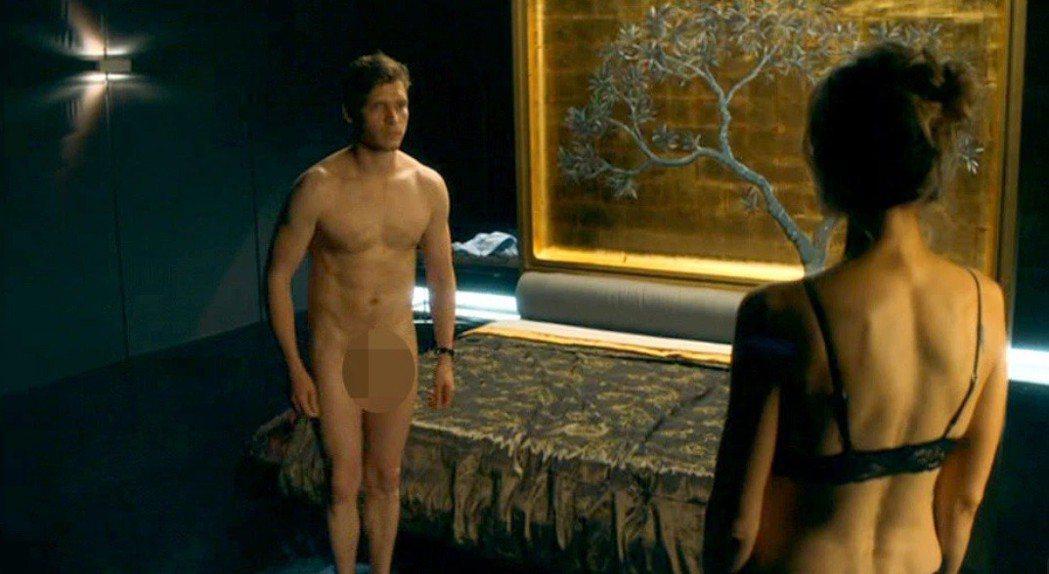比利霍爾在「李察吉爾之媒體豪門」首集正面全裸,震驚英國觀眾,引爆熱烈爭議。圖/摘