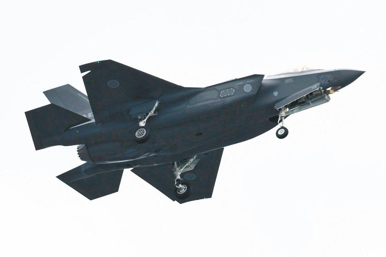 一架日本自衛隊F-35戰機去年十月在埼玉縣朝霞訓練場參加空中分列式。 (法新社)
