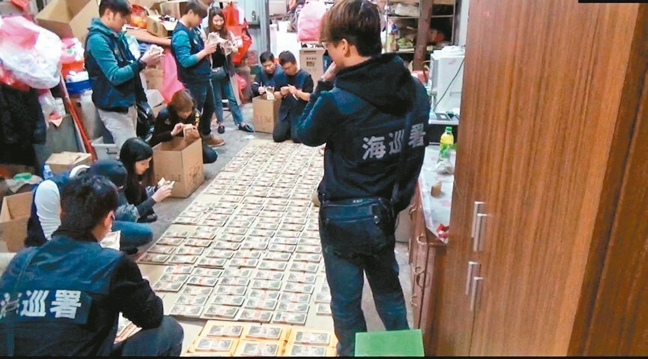 海巡署在陳婦住處起獲兩億兩千多萬聖德太子版日幣偽鈔,辦案人員忙著清點。 記者廖炳...