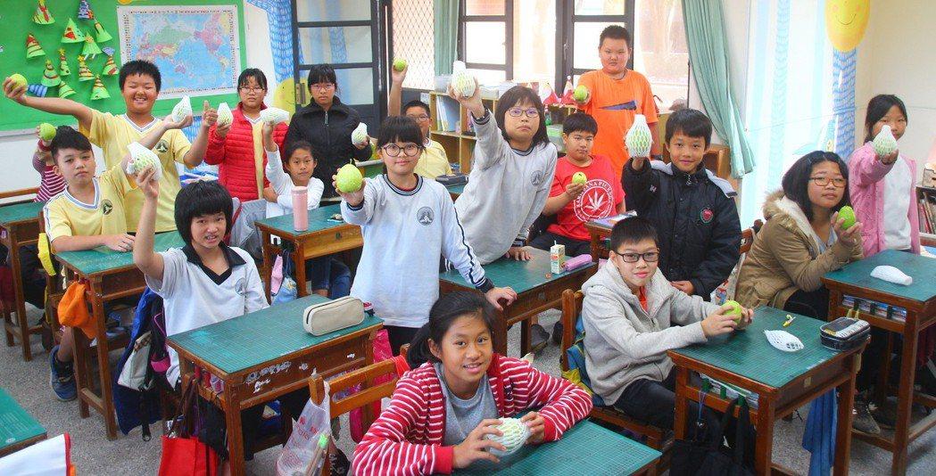 中華開發「營養100計畫」幫助偏鄉國小學童補充水果量,彌補城鄉學校午餐費差距。 ...