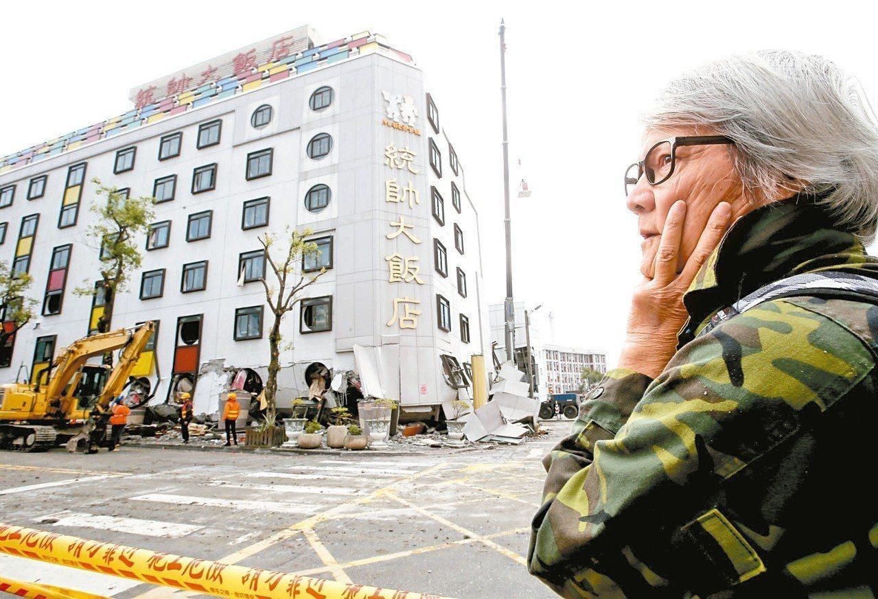 0206花蓮強震時造成統帥飯店塌陷拆除,老員工特地到現場,相當不捨。 本報資料照...