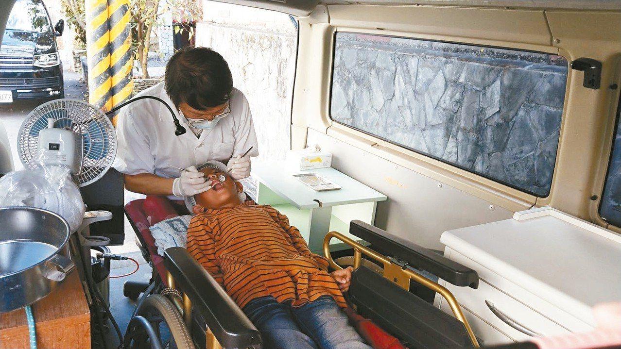 王佑崑以廂型車充當醫療車,輪椅搬進車內當診療椅,不鏽鋼桶加漏斗充當漱口水槽,讓偏...