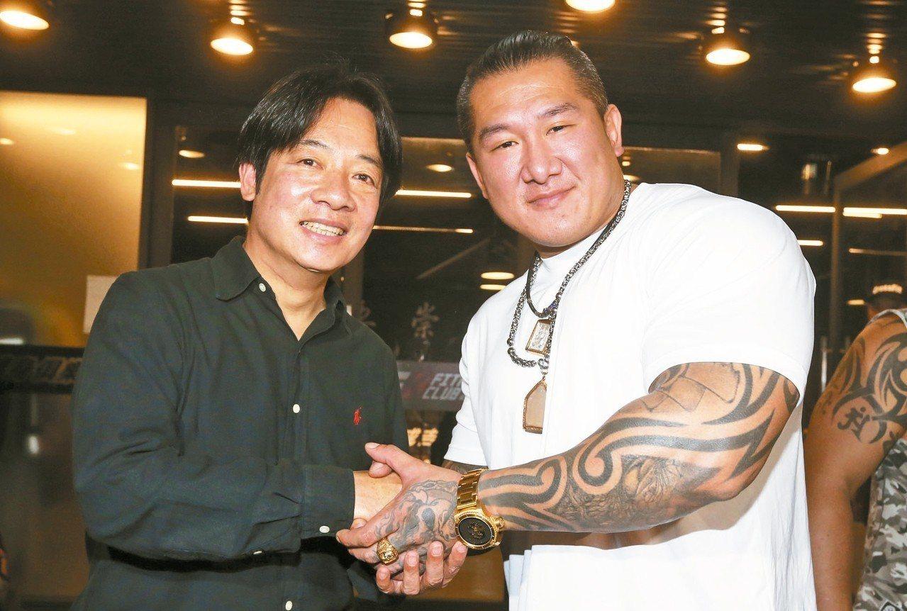 行政院前院長賴清德(左)昨天接受「館長」陳之漢(右)專訪直播。 記者胡經周/攝影