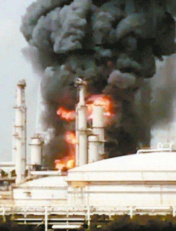 六輕工廠本月7日發生巨大氣爆,並引發大火。 本報資料照片