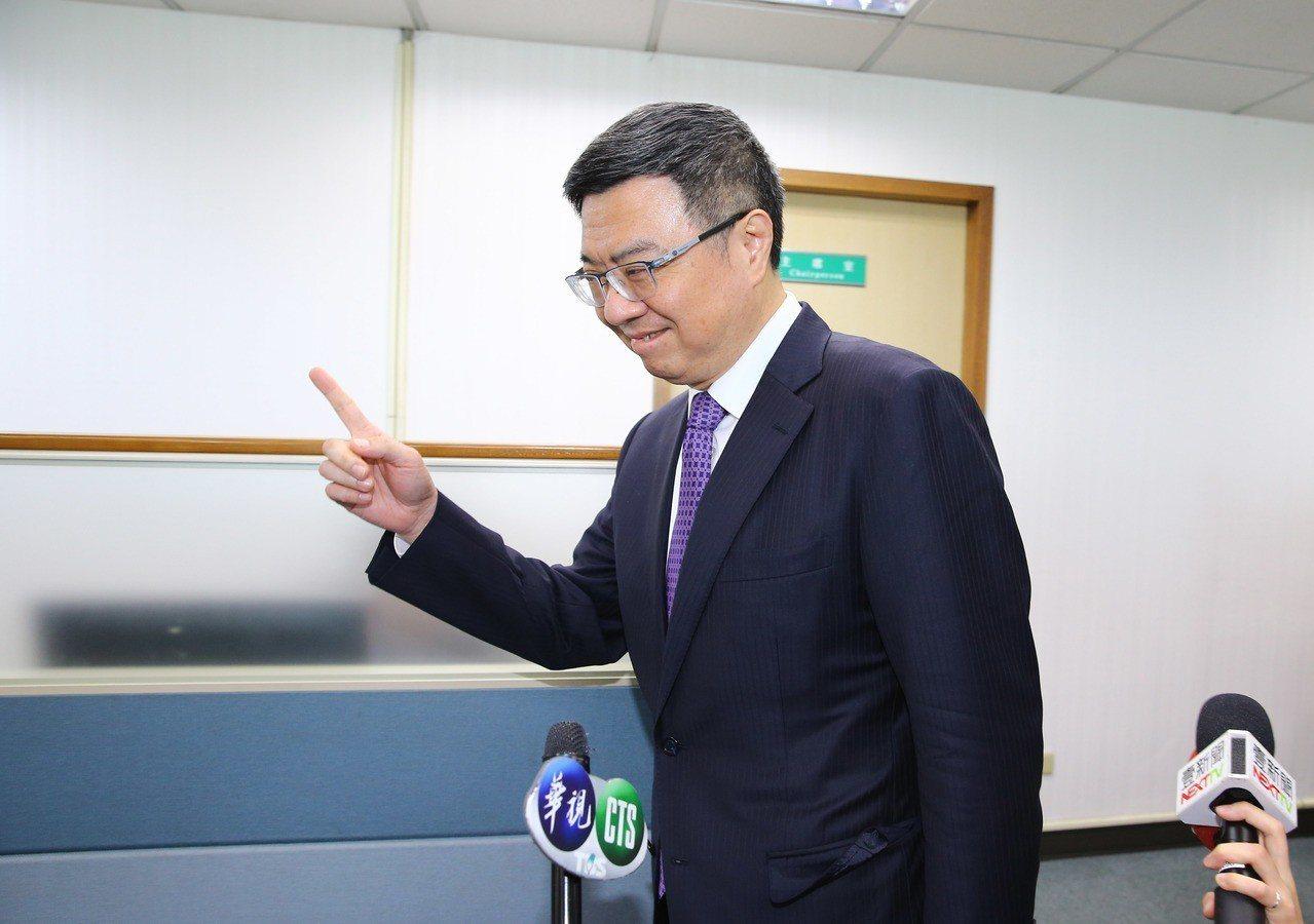 民进党党内总统初选合作濒临破局,民进党主席卓荣泰针对媒体提问不发一语,指著前方表示要开会了。联合报系记者陈柏亨/摄影