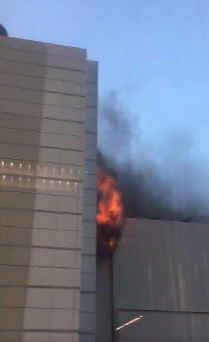 曼谷市中心一家酒店今天傍晚失火。 圖/擷自推特
