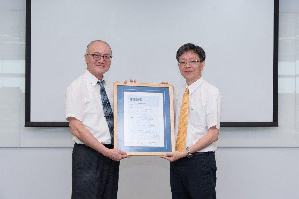 台灣德國萊因TÜV-劉化傳董事總經理(左)、上銀科技-吳俊良助理總經理(右)。 ...