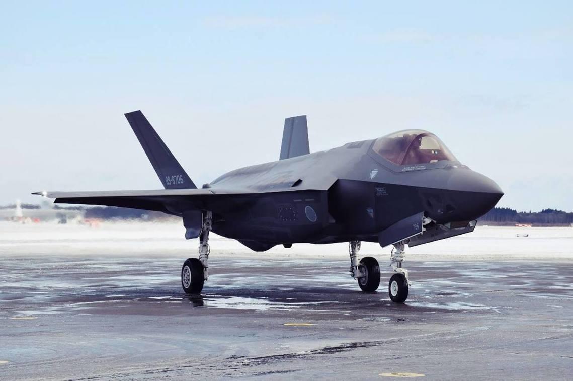 日本航空自衛隊的精銳機種——F-35A「閃電II式」戰鬥機——9日晚間,在日本東...