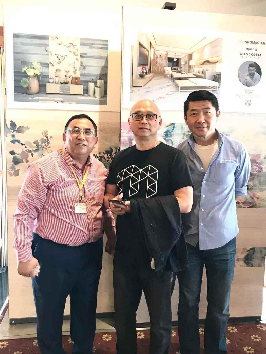 展示會由創意玩家董事長劉碩真(中)、五陽綠能董事葉震琳(左)及美國強森木地板公司...