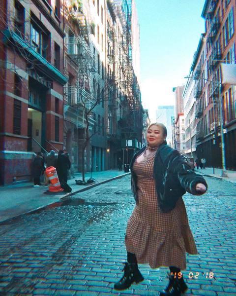 台日混血諧星渡邊直美日前在部落格宣布,去年底已經獲得美國演出人員工作簽證,可以在美國居留3年,這個月起將開始在紐約生活,而日本的工作仍會持續,目前預計將會美國日本兩邊跑。而她在節目中與工作人員道別時...