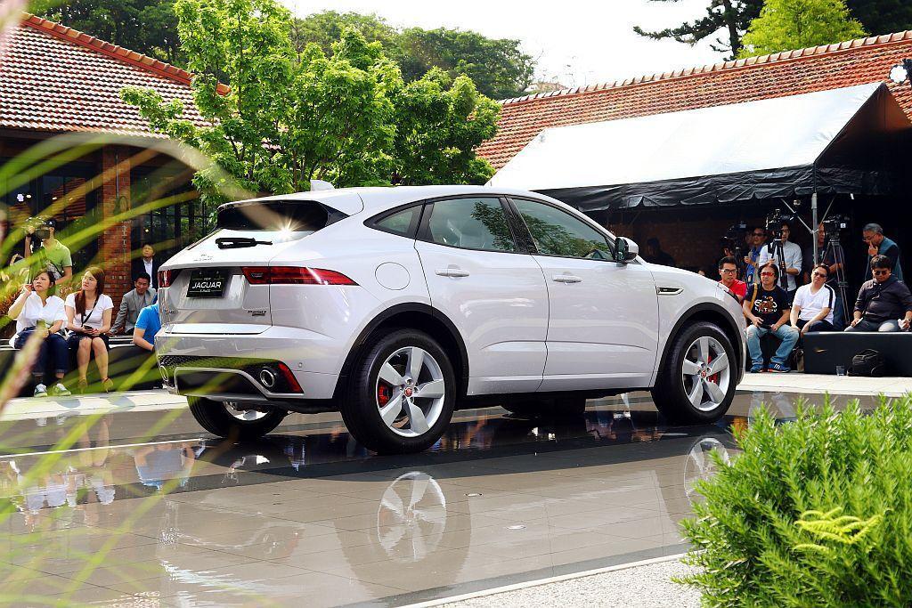 Jaguar E-Pace流線的車頂線條與的側窗輪廓更展現Jaguar 無可錯認...