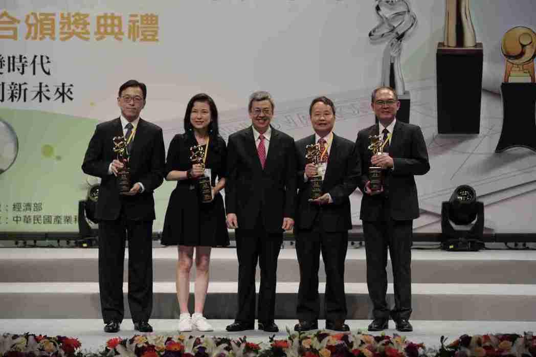 副總統陳建仁(中)與卓越創新獎得主合影。 產科會/提供