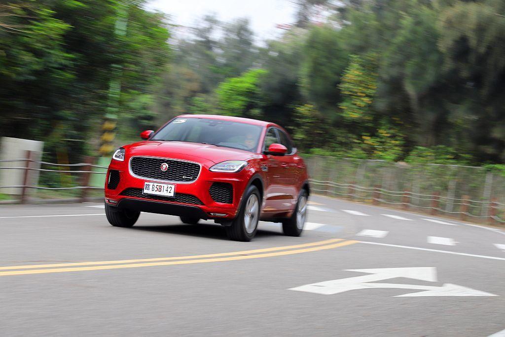 Jaguar E-Pace就算身型比F-Pace小許多,但在過彎時跑車操控的因子...